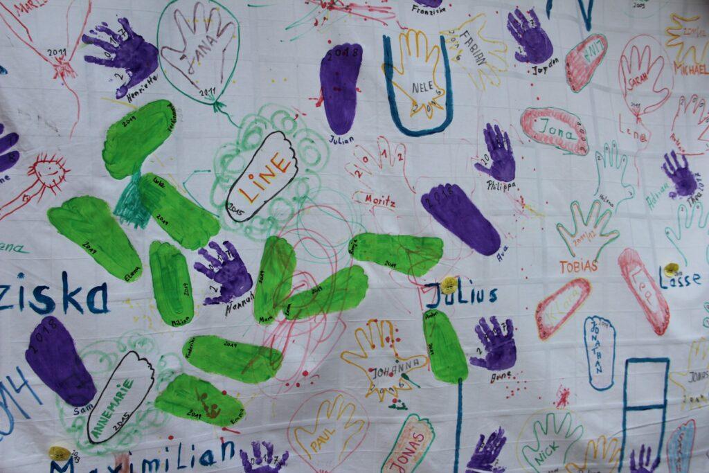 Bastelei der Kinder mit Verewigung mit Händen und Füßen